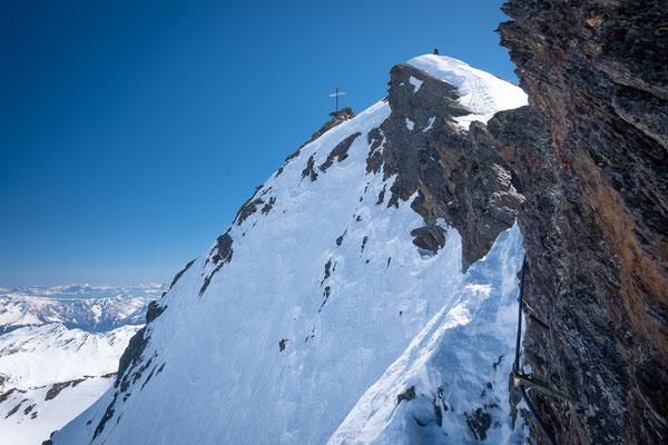 Querung der steilen Ostflanke mit blick auf den Firngrat und Gipfel