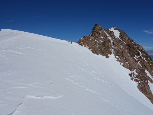 Firngrat mit anschließendem Felsgrat zum Gipfel der Weißkugel