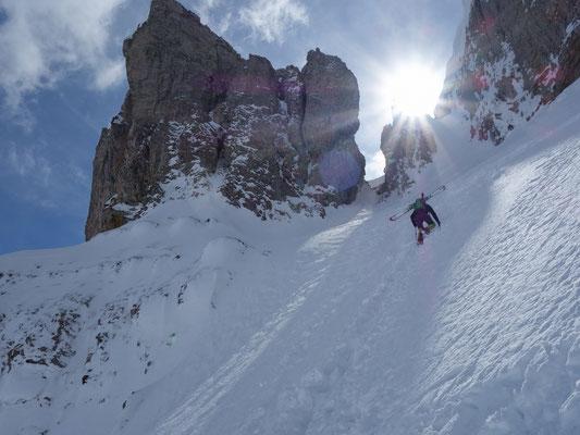 Die Skier am Rucksack gehts mit Eispickel in der Hand nach oben