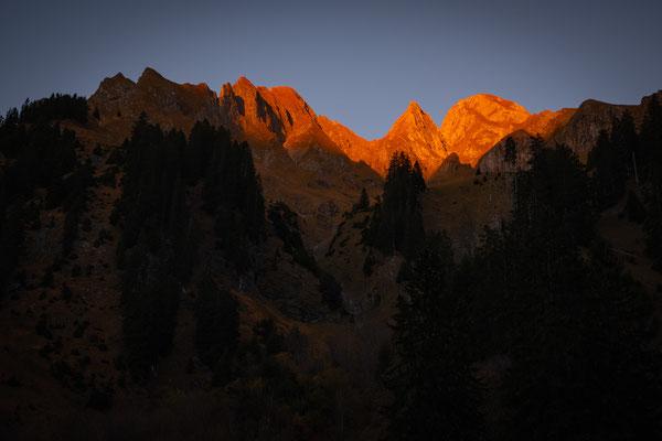 Die umliegenden Gipel leuchten im letzten Sonnelicht