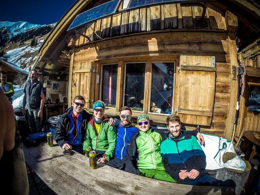 Sonne bei einem kühlen Radler an der Hütte von Hans genießen