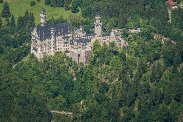 Blick hinunter zum weltbekannten Schloss Neuschwanstein
