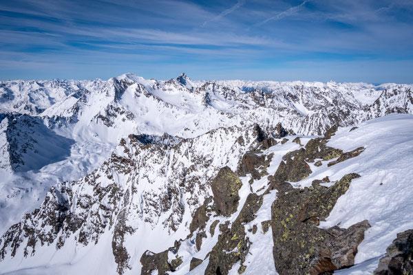 Viele umliegende Berge sind zu sehen