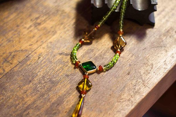 Gold 900/- | Peridotkette mit antiken Glassteinen, Karneol