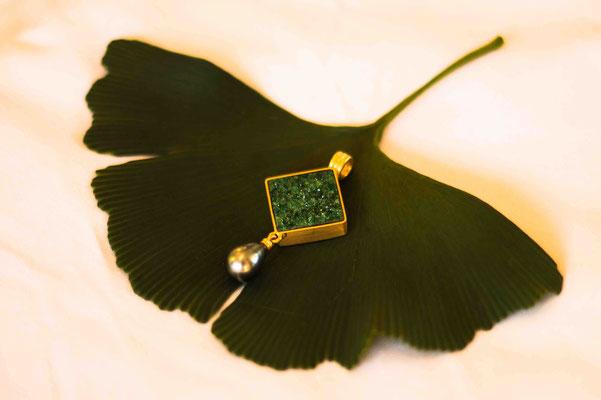 Gold 900/- | grüner Granat kristallisiert, Tahitiperle