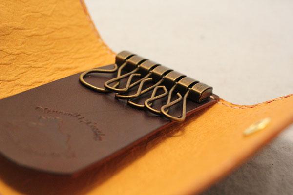 金具はスイスのアミエット社製の最高級品を使用します。
