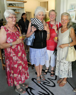 von links: Autorinnen Brigitte Gutmann und Anita Vogel mit Alice  Huber und Monika Bürk-Finkbeiner
