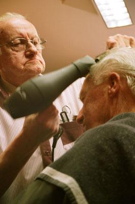 Opa föhnt een van zijn vaste klanten.