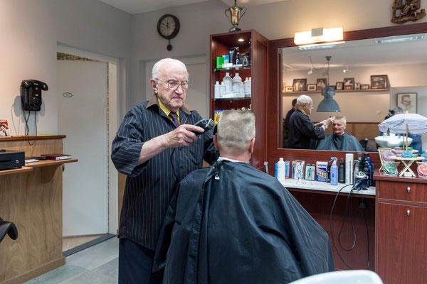 Opa (Gerrit Prophitius) op 94 jarige leeftijd nog aan het knippen.
