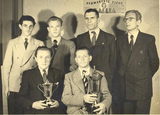 Gerrit Prophitius (links voor) met de kampioensbeker. (1950)