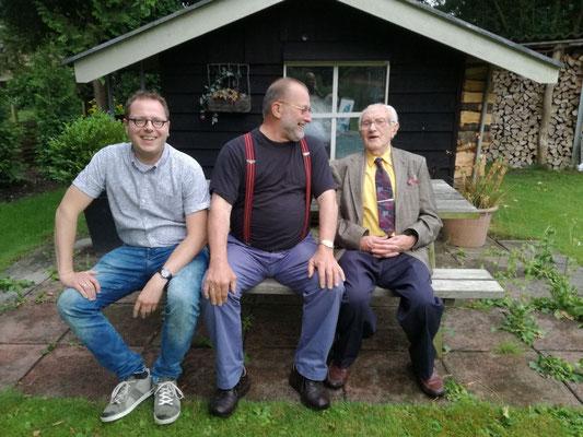 V.l.n.r. Laurens, oud-leerling van Cees Meiling (midden) en beiden oud-leerling van Gerrit (opa).
