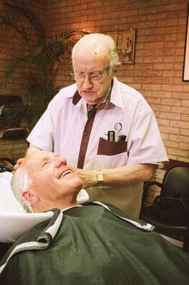 Opa met een van zijn vaste klanten.