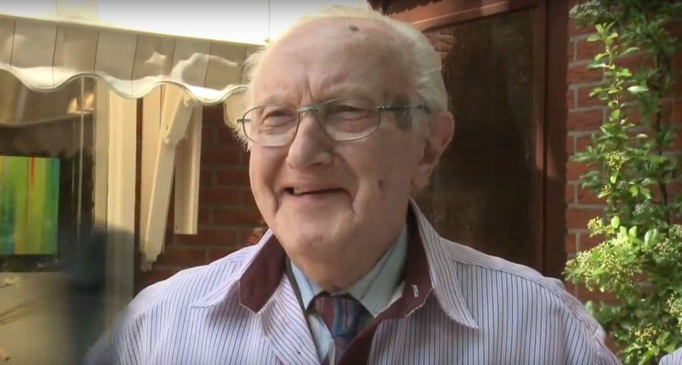 Opa tijdens opnames voor omroep MAX.