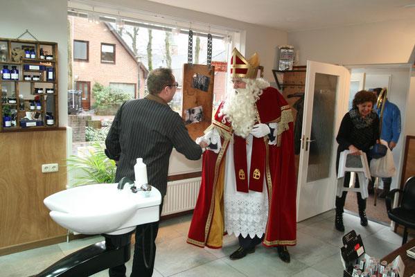 Aankomst Sint Nicolaas in de kapsalon.