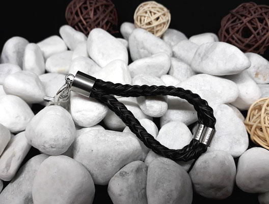 Schlüsselanhänger doppelt rund geflochten (zwei runde Flechtstücke verbunden in einem), mit zwei Edelstahlhülsen (dick) mit je einer Gravur, mit Endkappe aus Edelstahl - Preis: 75 Euro