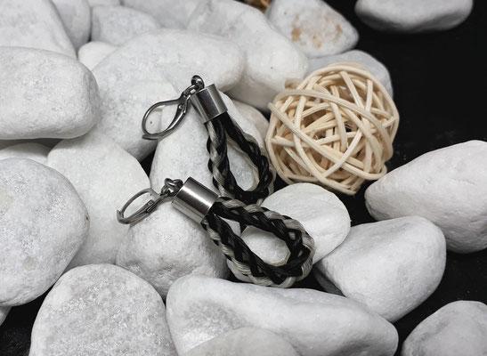 Ohringe rund geflochten aus schwarzem und weißen Pferdehaar, mit Endkappen und Ohrhänger aus Edelstahl - Preis:  39 Euro