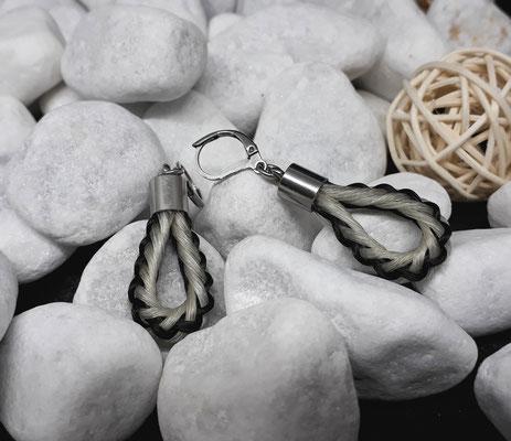 Ohringe rund geflochten aus schwarzem und weißen Pferdehaar, (andere Seite) mit Endkappen und Ohrhänger aus Edelstahl - Preis:  39 Euro