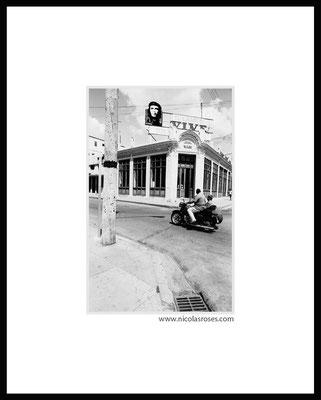 SIDE CHE CUBA     > Photo 18x28cm     Passe partout blanc 40x50cm = 350€ (cadre + 40€) Nicolas Rosès Photographe
