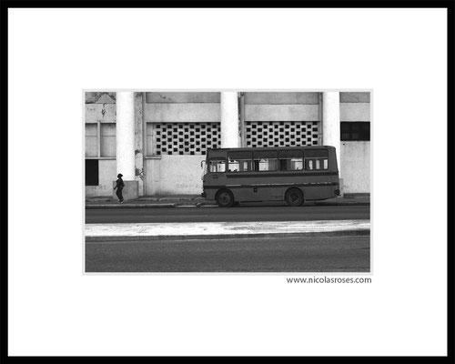 BUS CUBA     > Photo 22x33cm     Passe partout blanc 40x50cm = 350€ (cadre + 40€) Nicolas Rosès Photographe