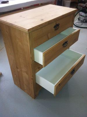 Kommode mit 3 Schubladen aus Altholz-Bretter