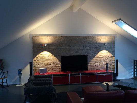 Wandverkleidung aus Steinpaneel mit indirekter Beleuchtung (LED-Lichtmodule)