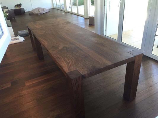 Esstisch und Beistelltisch aus Nussbaumholz massiv