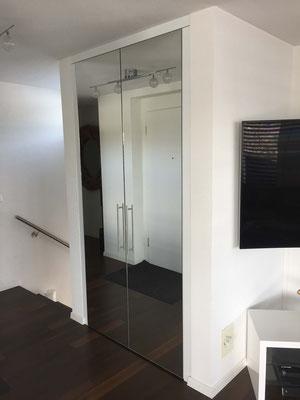 Garderobenverkleidung mit Spiegeltüren
