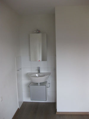 offene Nische mit Waschbecken und Spiegelschrank