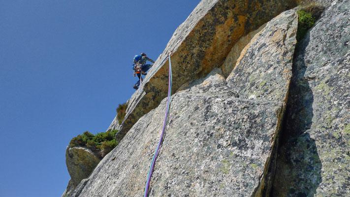 nach dem Quergang folgt die beste Kletterei der Tour: genussreich hochsteigen an Schuppen