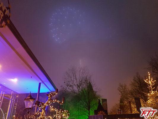 Das Feuerwerk fällt kurz aber angemessen aus, da es ohnehin durch Nebel und Smog zunehmend schlechter sichtbar war. Beruhigend, dass auch wenn der Europa-Park sein Showhandwerk perfekt beherrscht, er zumindest das Wetter (noch?) nicht beeinflussen kann...
