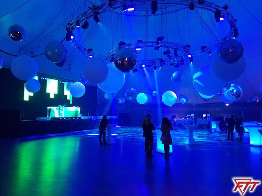 Die Silvesterparty im Dome (Aufnahmezeit: 21:26, hat sich später zu cirka 2/3 gefüllt)
