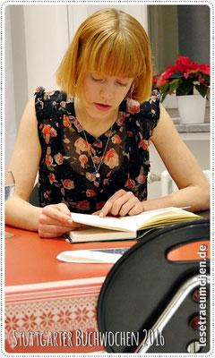 Julia Zange bei der Lesung ...