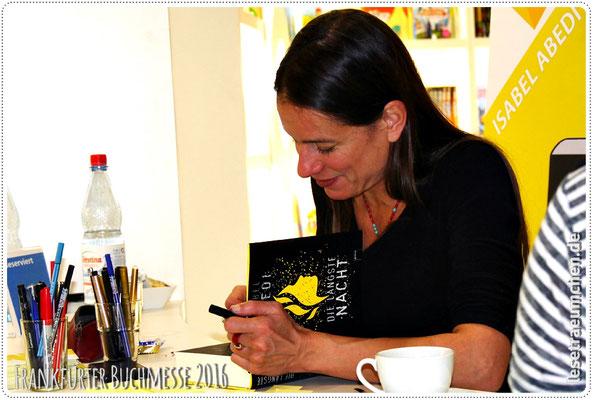 Isabel Abedi bei der Autogrammstunde bei Arena.