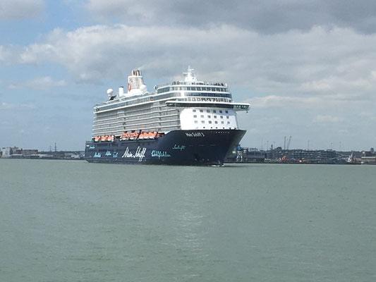 Mein Schiff 5 verläßt Southampton