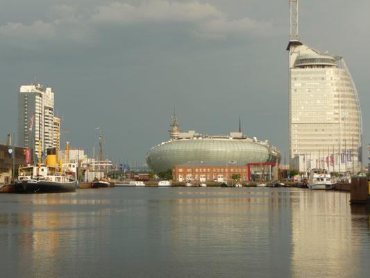 Die Skyline von Bremerhaven mit Sail-City-Hotel und Mediterraneo