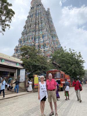 Vor einem der zahlreichen Tempel