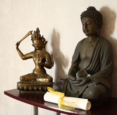 Manjushri und Buddha; Figuren auf unserem Butsudan (Altar) in unserer Zendo (Meditationsraum)