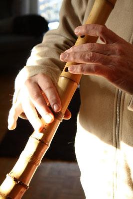 Shakuhachi spielen. Das Spiel der Shakuhachi ist auch eine Form der Meditation und gilt im Zen auch als Übungsweg.