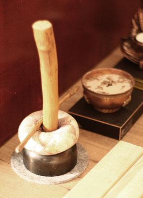Ein Inkin. Mit dieser Glocke werden Abläufe während eines Meditationsabends eingeläutet