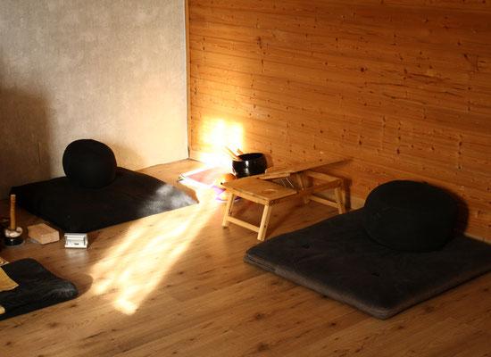 Ein Blick in die Zendo. Hier sitzen wir während der Zen Meditation
