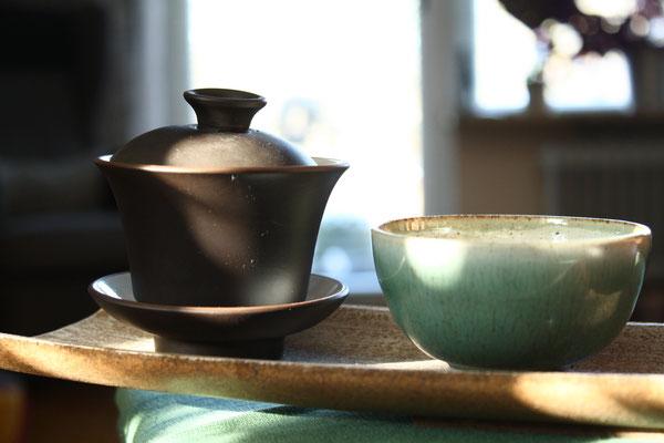 Ein Gaiwan mit einer Teeschale