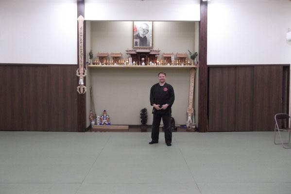 Carsten Fischer vor der Kamidana