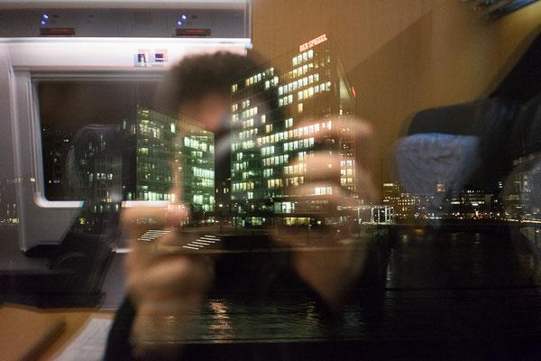 Blick aus dem Zugfenster auf den Spiegel in Hamburg