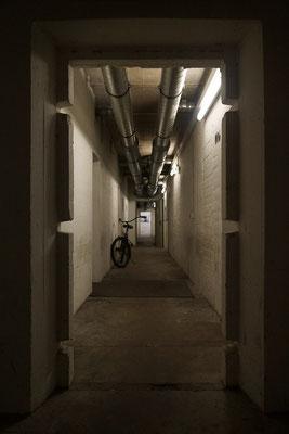 Gang durch den Bunker im Erdgeschoss.
