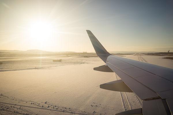 Foto aus dem Flugzeugfenster auf das verschneite Wien