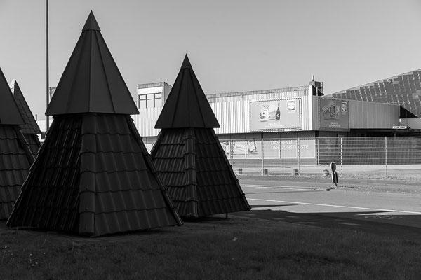 Ausstellungspyramiden eines Dachdecker-Unternehmens vor einem Einkaufsmarkt