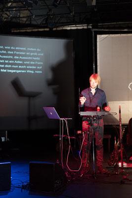 Es begleitet der Musiker Jan Klug