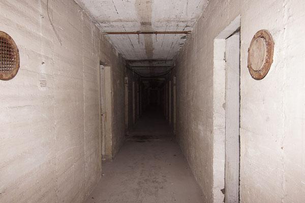 Gang im Obergeschoss des Hochbunkers.