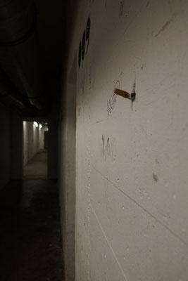 Ausgedrückte Zigarette an einem der Bunkergänge.