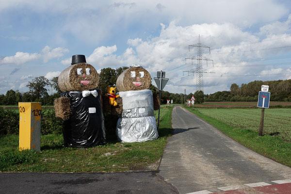 Hochzeitspaar aus Strohballen zur Feier einer ländlichen Hochzeit.